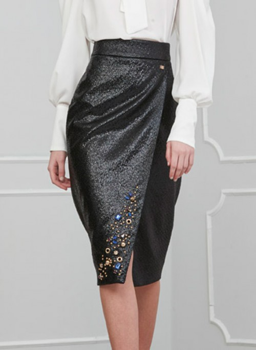 Skirt with wrap fastening